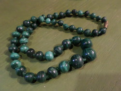 45 cm-es , malachit gyöngyökből álló , retro nyaklánc .