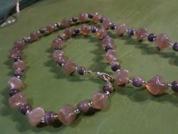 64 cm-es ,  lilás-barnás , régi üveggyöngyökből álló nyaklánc .