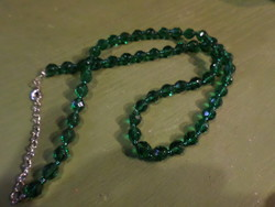 52 cm-es / + lánc / , sötétzöld , fazettált , üveggyöngyökből álló nyaklánc .