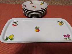 Süteményest tál tányérokkal