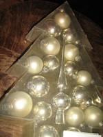 Gyönyörű üveg karácsonyfa gömbök csúcsdísszel