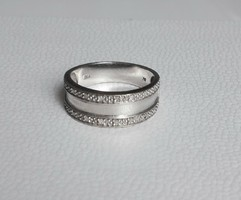 Fehérarany gyűrű apró brillekkel