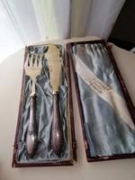 Ezüst nyelű szervirozó villa és kés.