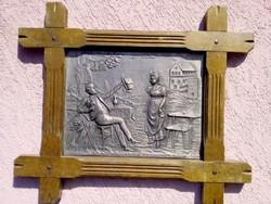Domborműves keretezett ón táblakép mulatozó bajor legénnyel, Egyedi ritkaság