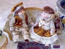Germán stílusú népviseletbe öltöztetett porcelán babapár, új hibátlan állapotban.