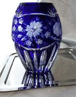 Királykék ólomkristály váza, gazdagon díszített, kézi csiszolás, egyedi, különleges, vitrin minőség