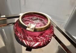 Rubinvörös szinben pompázó antik kristály hamutál, régi, jelzett ezüst peremmel