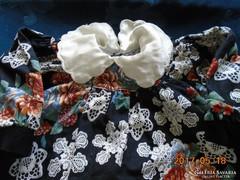 Csipke és gobelin mintás baba ruha bársony gallérral ,masnival