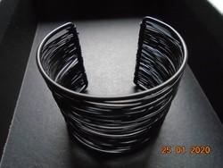 Fekete fém vázzal,fekete fém huzalból széles férfi karkötő