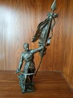 KuK katona kardal zászlóval bronz szobor