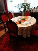 Neobarokk stílusú étkező a XX.sz.elejéről. Nagy-kistálaló, vitrin, kihúzható asztal 6 székkel.
