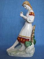 Orosz  Polonne porcelán nagy méretű virágot nézegető lány