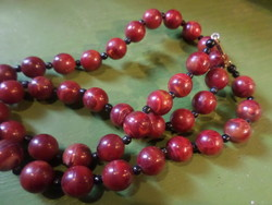 64 cm-es , vöröses , ásvány hatású , műanyag , retro nyaklánc .