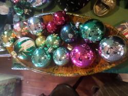 14 db retro , üveg karácsonyfadísz egyben . 4-től 6-7 cm -es méretig . 3 db mintás , a többi sima .