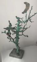 Tóth Ernő groteszk bronz kisplasztika szobor holdvilágnál mesefán hegedülő kobold madárral