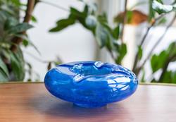 Karcagi (Berekfürdői) fátyolüveg hamutartó, hamutál - ritka sötétkék repesztett üveg