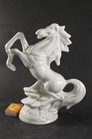 Porcelán ágaskodó ló 385