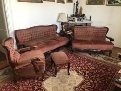 Neobarokk stílusjegyekkel, ülőgarnitúra 3 személyes kanapé, 2 személyes kanapé, 1db fotel, 1db puff