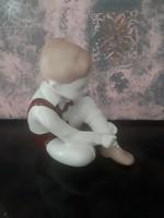 Cipőt fűző kisfiú figura, nipp