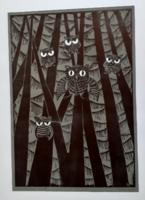 TAVASZY NOÉMI: Fenyőerdőben (linó) meseszerű erdei jelenet baglyokkal, stilizált