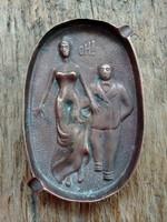 Patinás bronz hamutartó -pajzán jelenettel