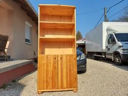 Eladó egy CLAUDIA polcos és ajtós  könyves polc. Bútor szép állapotú, erős és stabil.