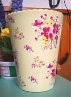 Angol virágmintás váza, cakkos száj