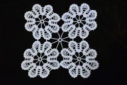 Horgolt csipke kézimunka lakástextil dekoráció kis méretű terítő 22,5 x 22,5 cm