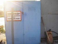 EM3  45 éves vastagfalú erős anyagú gázpalack tárolónak ,szerszámos szekrénynek 2 ponton zár 2,4 m3
