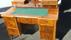 Kilenc fiókos felépítményes neobarokk felújított íróasztal.