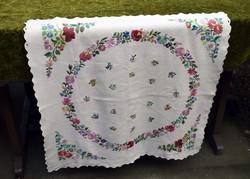Hímzett magyar néprajz mintás díszterítő , terítő , kis abrosz , asztalközép vászon 70 x 68,5 cm