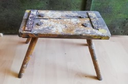 Sámli, kisszék, kopottas sárga fa ülőke, loft