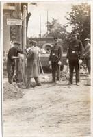 Pécs útjelzőtábla felállítása rendőrökkel 1930 körül
