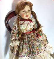 Régebbi, gyönyörűséges Julia nevű, kis szériában készült  porcelánbaba, porcelán baba
