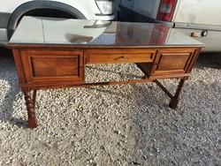 Eladó egy NAGY MÉRETŰ koloniál Íróasztal. Bútor újszerű állapotú, lapja karc mentes. Nagyon mély fió
