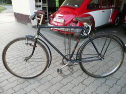 Veterán  kerékpár gyárias állapotban, az eredeti még szőrös gumikkal egy pajtában elfeledve