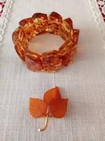 Borostyán karkötő és aranyozott jelzett borostyán bross