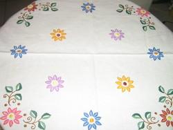 Gyönyörű kézzel hímzett antik csipkés szélű vintage színes virágos szőttes vászon kézimunka terítő