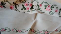 Keresztszemes hímzett vászon asztal terítő 135*122 cm