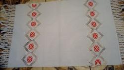 Hímzett  maderiás vászon terítő 127*58 cm