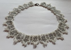 Gyöngyből fűzött nyaklánc nyakék