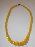Fazettált, csiszolt sárga ásvány gyöngyökből készült nyaklánc