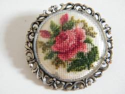 Ezüst bross, kitűző rózsás tűgobelinnel