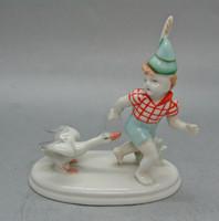 B192 Német porcelán fiú libával - ujja végén pici lepattanás