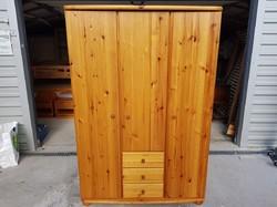Eladó egy nagyon jó minőségű, CLAUIA 3 ajtós fenyő szekrény. Butor polcos ,akasztós és fiokos, reng