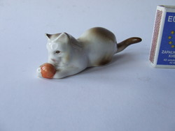 Zsolnay gombolyaggal játszó cica, macska porcelán figura-sajnos az egyik füle sérült
