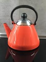 Retro piros zomànc teáskanna bakelit füllel és fogóval