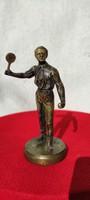 A Tenisz bajnok b, Bronz szobor,Férfi teniszező, valószínűleg híres teniszező .