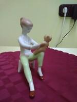 Aquincumi macival játszó lány.