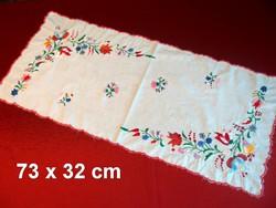 Kalocsai virág mintával hímzett terítő, futó